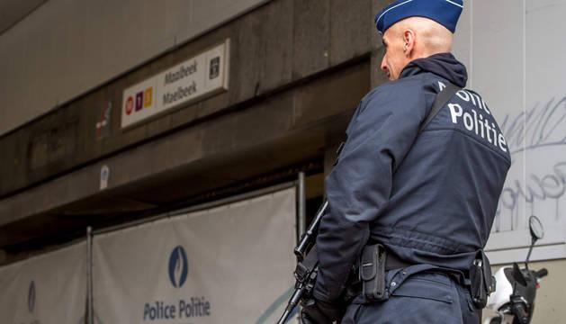 Un policía belga en la estación de metro de Maelbeek, Bruselas.