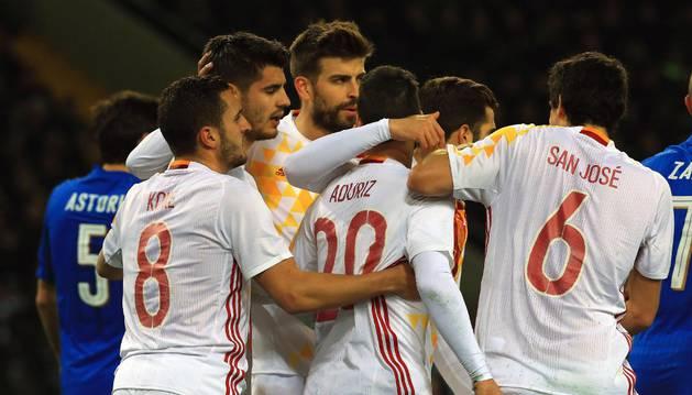 Los jugadores de España celebran el gol de Aduriz.