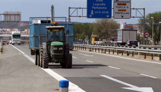 Un tractor circula por un tramo de la Autovía del Ebro.