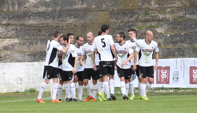 Los jugadores del Tudelano se abrazan después de que Ibai Ardanaz consiguiera el gol de la victoria en Tudela.