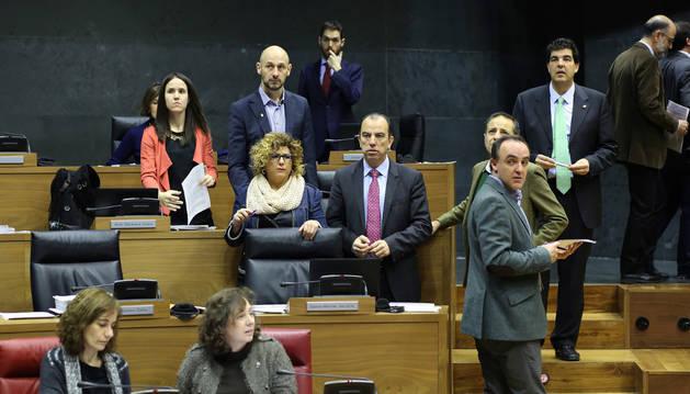 Desde la izquierda, los parlamentarios de UPN Cristina Altuna, Iñaki Iriarte, Mari Carmen Segura, Sergio Sayas, Carlos García Adanero, Juan Luis Sánchez de Muniáin, Luis Casado y Alberto Catalán, antes del inicio de una sesión plenaria.