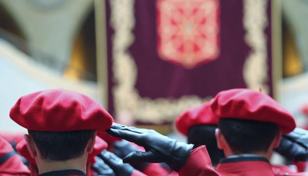 Agentes del Cuerpo autonómico realizan el saludo oficial durante la celebración del acto central del Día de la Policía Foral.