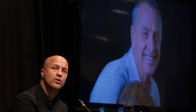 Jordi Cruyff, este martes, frente a la imagen de su padre.
