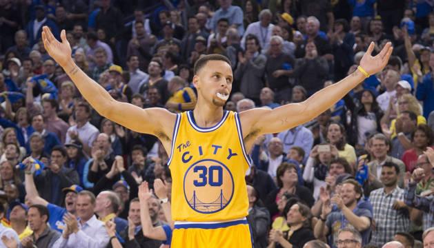 Curry y Warriors llegan a 67 triunfos y Rockets remontan 20 puntos