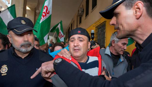 El edil de Jaén en Común, Andrés Bódalo, ha sido detenido en la Plaza Portillo de San Jerónimo.