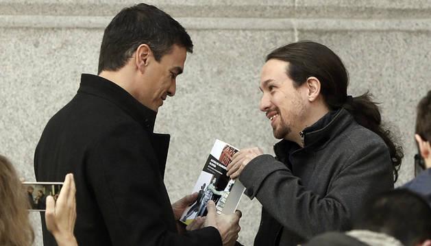 Sánchez e Iglesias, en la puerta del Congreso.
