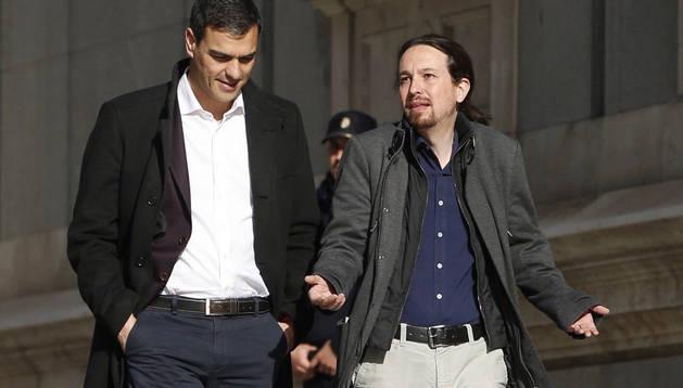 Los líderes del PSOE, Pedro Sánchez, y de Podemos, Pablo Iglesias, se dirigen a la sala Martínez Noval del Congreso, donde se reúnen.
