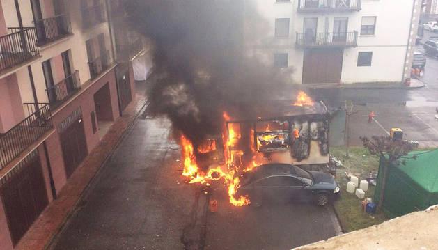 Arde un camión-cocina del rodaje de 'El guardian invisible' en Elizondo