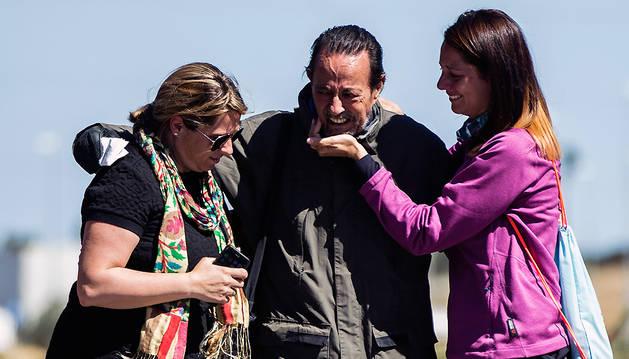 El exalcalde de Marbella Julián Muñoz se abraza a sus hijas, Eloisa (i) y Elia (d), a la salida de la prisión de Alhaurín de la Torre (Málaga).