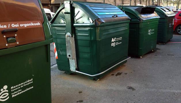 Contenedores para la recogida de residuos en una calle de Pamplona.