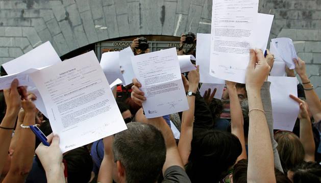 Un grupo de profesores navarros presenta reclamaciones ante el departamento de Educación en una protesta anterior.