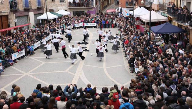 El grupo de danzas Mendianike ofreció la actuación, a la que después se unieron decenas de vecinos del pueblo.