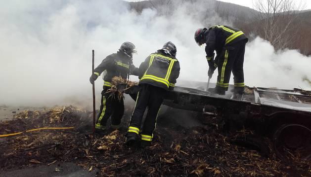 Los bomberos durante las tareas de remate.