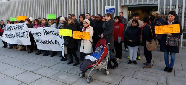 Protesta de las familias de la escuela Fuerte Príncipe-Printzearen Harresi tras conocer la decisión municipal de cambiar el modelo lingüístico del centro.
