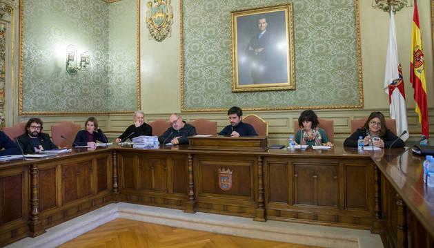 El alcalde, Eneko Larrarte, en el centro, junto a otros concejales durante el pleno de ayer.