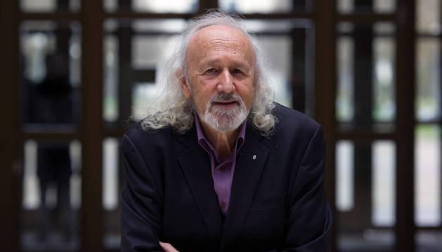 El director de cine Montxo Armendáriz posa para los fotógrafos en la Universidad Pública de Navarra.