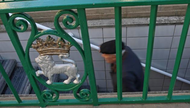 Un hombre sale de los aseos públicos del Paseo de Sarasate.
