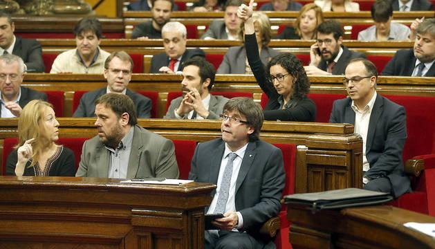 El presidente de la Generalitat, Carles Puigdemont (c), durante una de las votaciones en el pleno del Parlamento catalán.