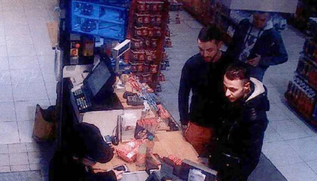 Salah Abdeslam (d) y Mohamed Abrini (i), captados por una cámara en una gasolinera.