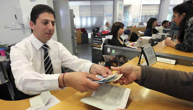 Un empleado de una sucursal de banco.
