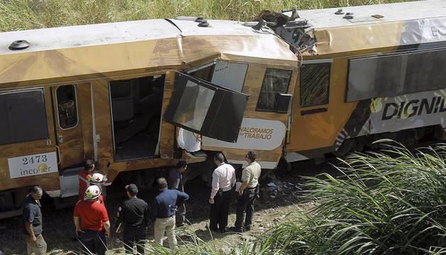 Miembros de los servicios de emergencia, junto al tren accidentado.
