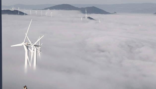 Los molinos del parque eólico del Perdón, entre la niebla.