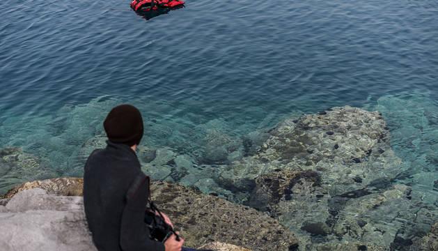 Un chaleco salvavidas flota en el agua en la costa Grecia.