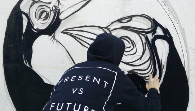 Uno de los grafitis que decoran Poblenou.