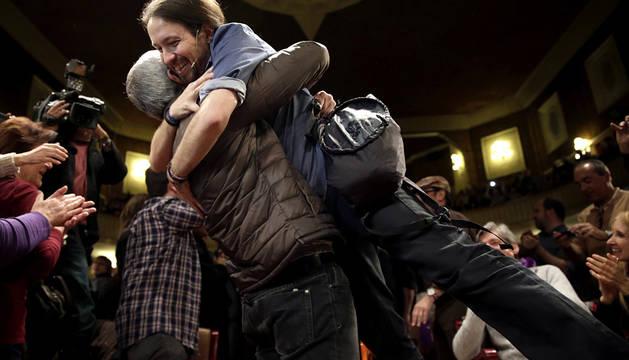 Pablo Iglesias, abrazado por un simpatizante en Barcelona.