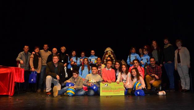 Los alumnos de Lerín, los ganadores, junto a sus rivales de Mater Dei, profesores y organizadores.