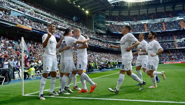 James celebra el gol con sus compañeros.