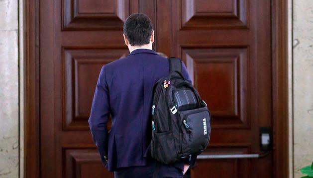 El secretario general del PSOE, Pedro Sánchez, se dirige a su despacho a su llegada al Congreso.