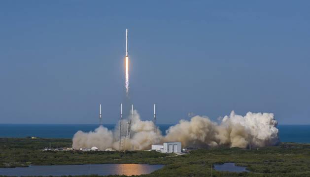 SpaceX consigue por primera vez que el cohete Falcon 9 aterrizara en una plataforma flotante