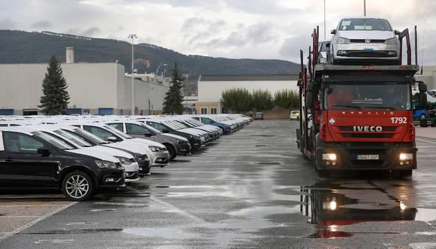 Un camión portacoches abandona la campa de Volkswagen Navarra.