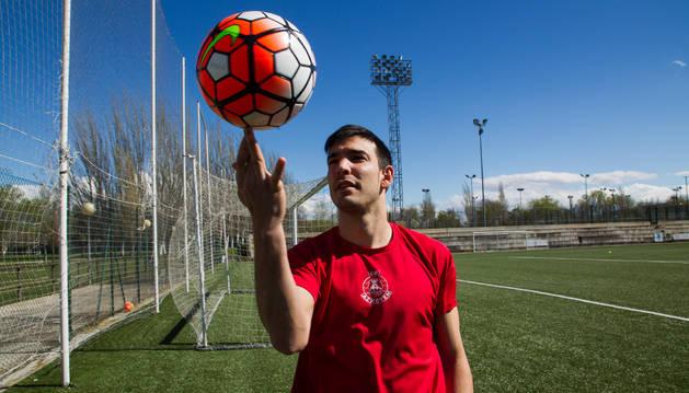 Mikel Ruete hace malabarismos con el balón en el campo de Las Luchas de Peralta.