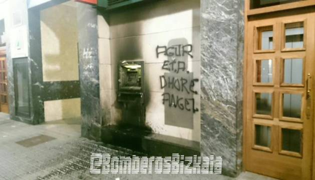 Atacan con artefactos incendiarios dos oficinas en Amorebieta