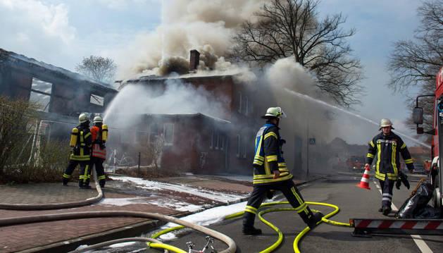 Los bomberos, en el albergue de refugiados de Winsen.