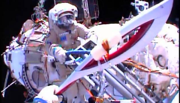 Los cosmonautas Oleg Kotov y Sergei Ryazansky durante un paseo espacial.