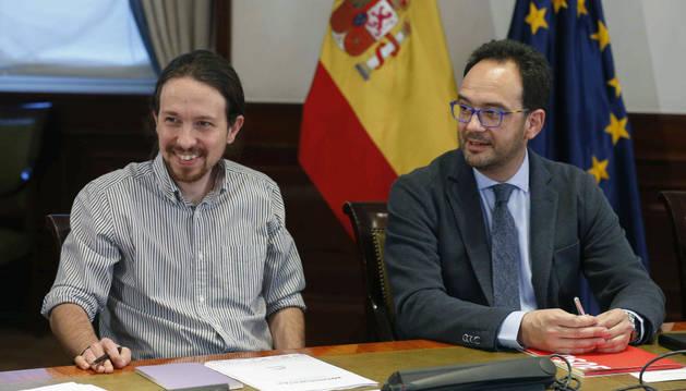 El líder de Podemos, Pablo Iglesias, y el portavoz del PSOE, Antonio Hernando.