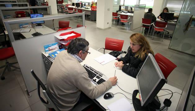 Una mujer desempleada es atendida por un técnico de la oficina del Servicio Navarro de Empleo de Tudela.