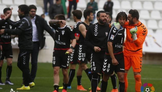 Los jugadores del Albacete celebran su victoria en Córdoba.
