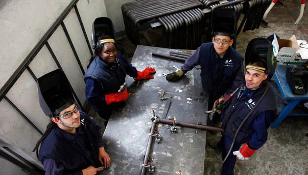 Jóvenes en uno de los talleres de la escuela taller de Aranzadi.