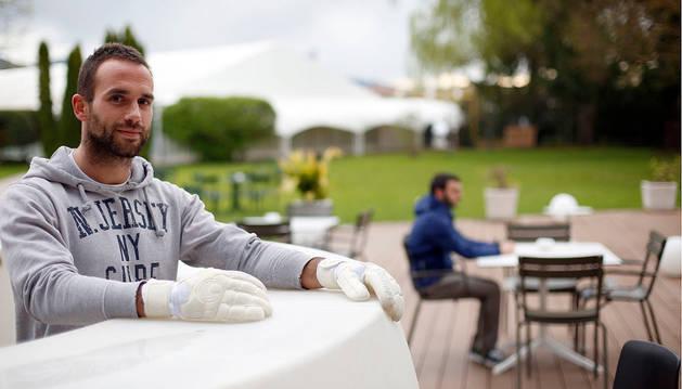 David Larumbe Santamaría, veterano portero del Huarte, posa ayer con sus guantes en la terraza del Hotel Don Carlos antes de su entrenamiento.