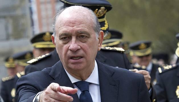 El ministro del Interior, Jorge Fernández Díaz, ha presidido en Pamplona un acto de concesión del uso de la bandera de España a la Jefatura Superior de Policía de Navarra.