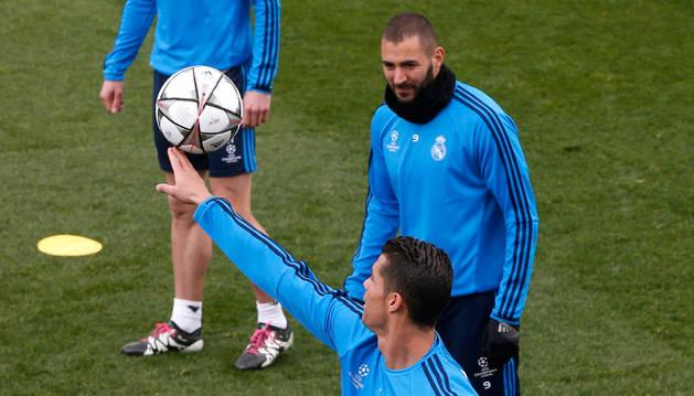 Cristiano Ronaldo y Benzema, en el entrenamiento de este lunes.
