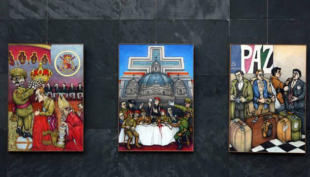 En la imagen, dos de los cuadros contra la Monarquía y la Iglesia que forman parte de la exposición instalada en el Parlamento.