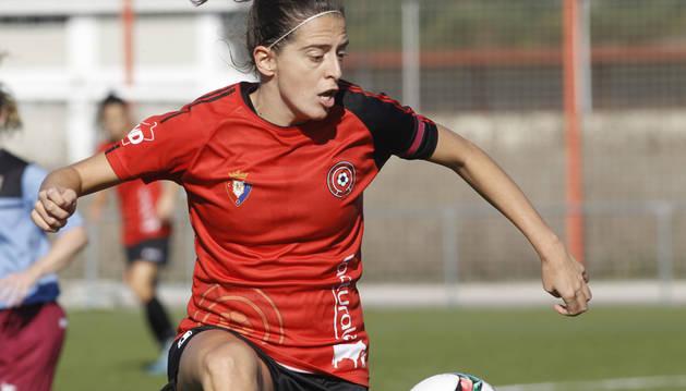 María Vallejo, en un saque de honor.