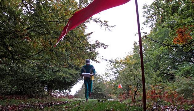 Un practicante de orientación en una prueba disputada en la sierra de Urbasa.