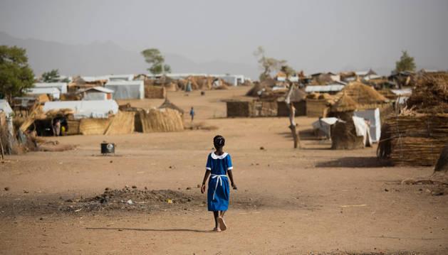 Una niña de nueve años, cuya familia fue asesinada por Boko Haram, en Camerún.