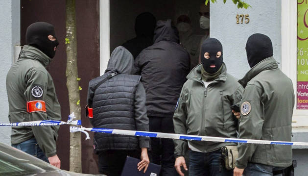 Agentes de policía participan en una operación de búsqueda vinculada a los atentados de París.